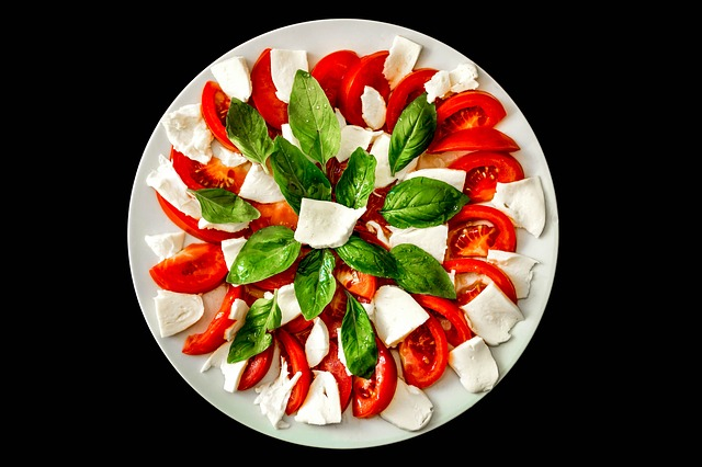 a nice bowl of caprese salad, a very cheap and easy italian food